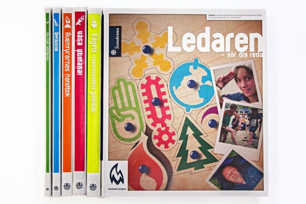 Bild på Scouternas olika programböcker, Ledaren, Vägvis, Våga Utmana, Äventyrarnas handbok, Upptäckten och Den stora spårarboken